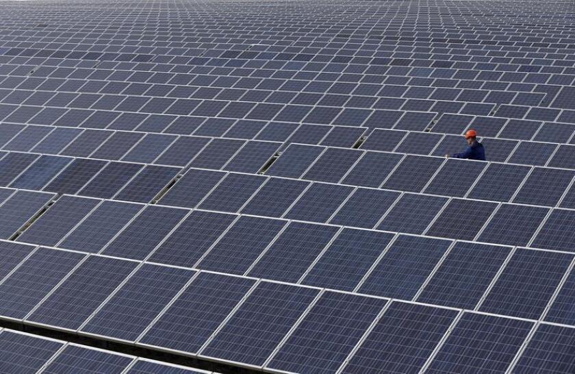 La compañía eléctrica Florida Power & Light (FPL) anunció hoy un plan para instalar más de 30 millones de paneles solares hasta 2030 y reducir así significativamente las emisiones de dióxido de carbono para ese año. EFE/ EPA/Archivo