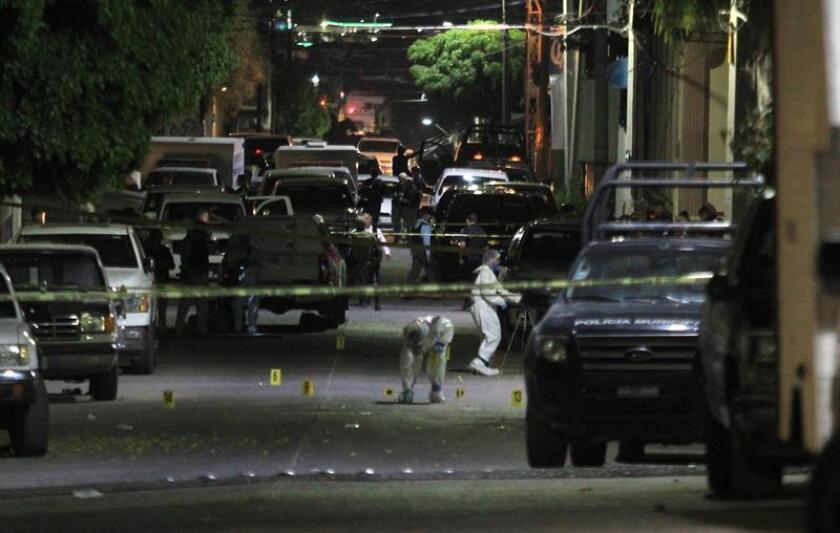 Peritos forenses recogen información en torno al sitio donde unas ocho personas resultaron muertas y otras 11 heridas, tras un ataque de un grupo armado este miércoles, 21 de marzo de 2018, al interior de un lugar donde se celebraban peleas de gallos clandestinamente, en el municipio de Purísima del Rincón, en el estado de Guanajuato (México). EFE