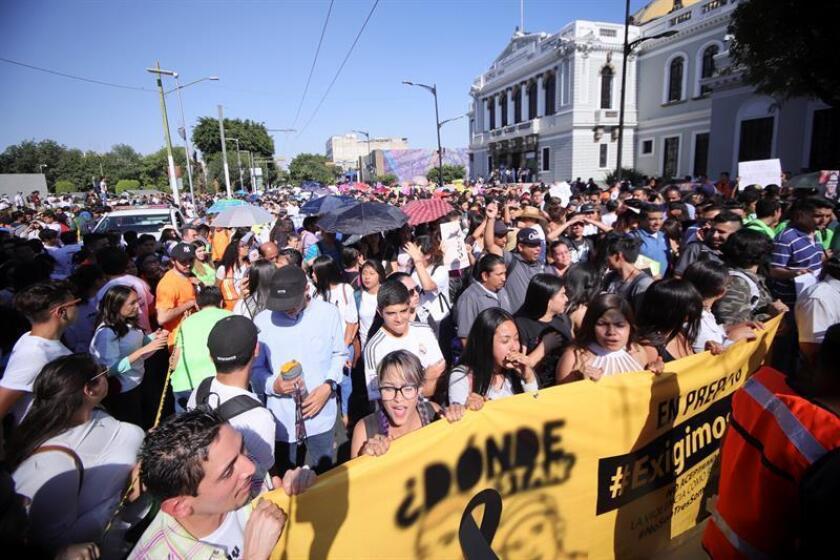 Miles de jóvenes marchan en protesta por el asesinato de tres jóvenes estudiantes de cine de la Universidad de Artes Audiovisuales (Caav) hoy, jueves 26 de abril de 2018, en la ciudad de Guadalajara, estado de Jalisco (México). EFE
