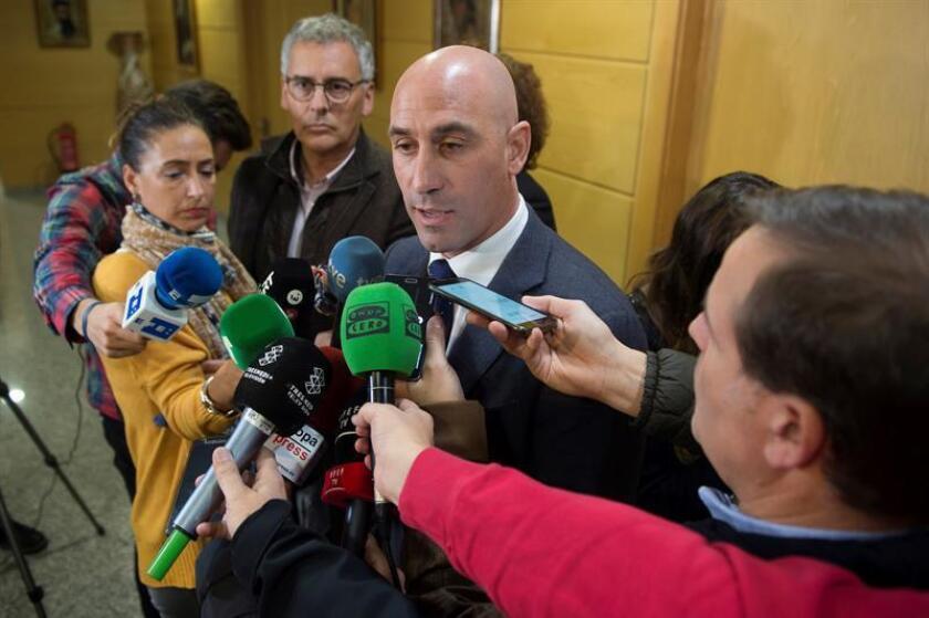 El presidente de la Real Federación Española de Fútbol, Luis Rubiales, atiende a los medios de comunicación. EFE/Archivo
