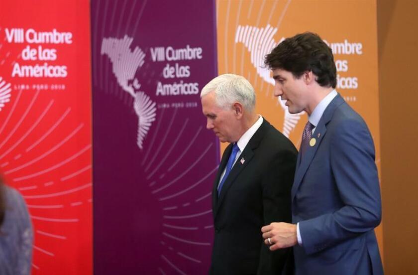 El vicepresidente de los Estados Unidos, Mike Pence (i), conversa con el primer ministro de Canadá, Justin Trudeau (d), durante las fotos oficiales de la VIII Cumbre de las Américas hoy, sábado 14 de abril de 2018, en el Centro de Convenciones de Lima (Perú). EFE