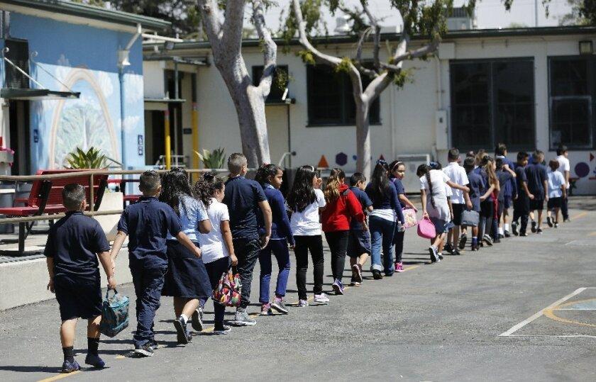 Alumnos de tercer grado regresan a su salón de clase después del almuerzo en la escuela Haddon Avenue Elementary, en Pacoima (Mel Melcon/Los Angeles Times).