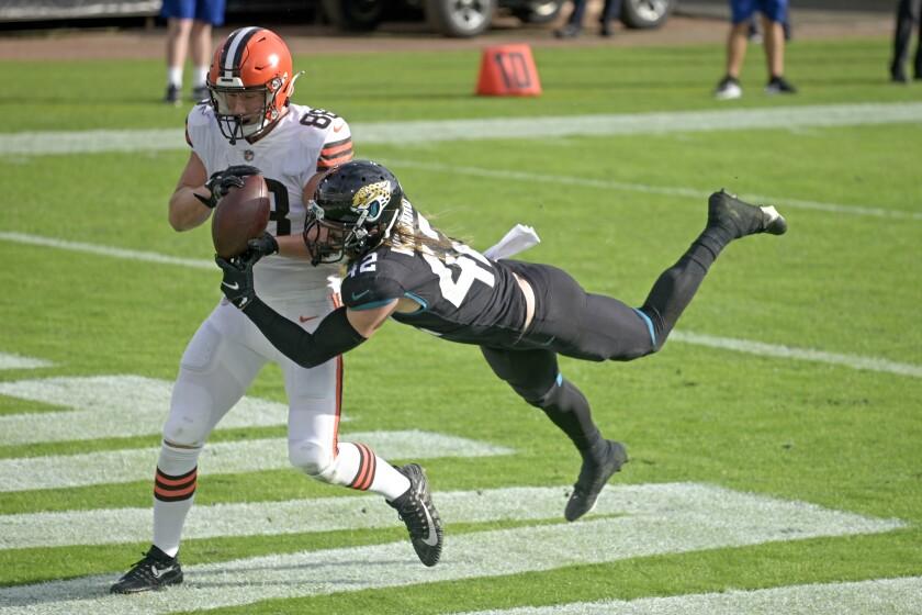 El safety Andrew Wingard (42), de los Jaguars de Jacksonville, impide la recepción del tight end Harrison Bryant, de los Browns de Cleveland, en el juego de NFL del domingo 29 de noviembre de 2020, en Jacksonville, Florida. (AP Foto/Phelan M. Ebenhack)