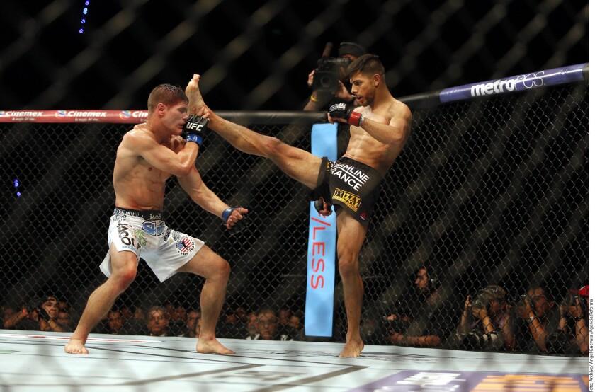 El chihuahuense (derecha) tendrá la distinción de ser el primer gladiador azteca en estelarizar una velada de UFC.