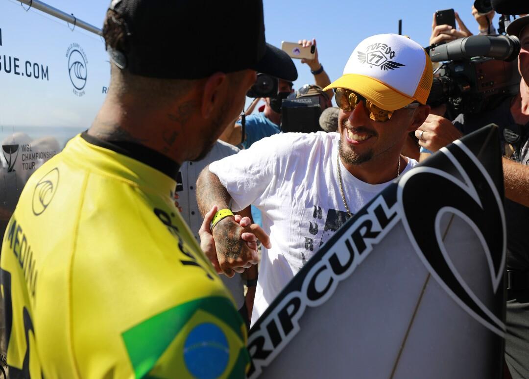 O brasileiro Gabriel Medina, à esquerda, comemora com o vice-campeão Filipe Toledo a conquista do campeonato mundial em