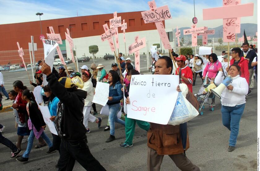 Alrededor de mil personas se movilizaron para denunciar que Ecatepec, Municipio que visitará el Papa Francisco, es azotado por feminicidios, robo de autos y secuestros.