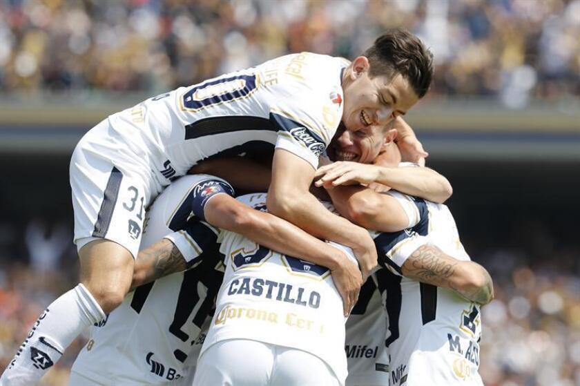 Jugadores de Pumas celebran el triunfo ante Toluca en juego correspondiente a la jornada 16 del torneo mexicano. EFE/Archivo