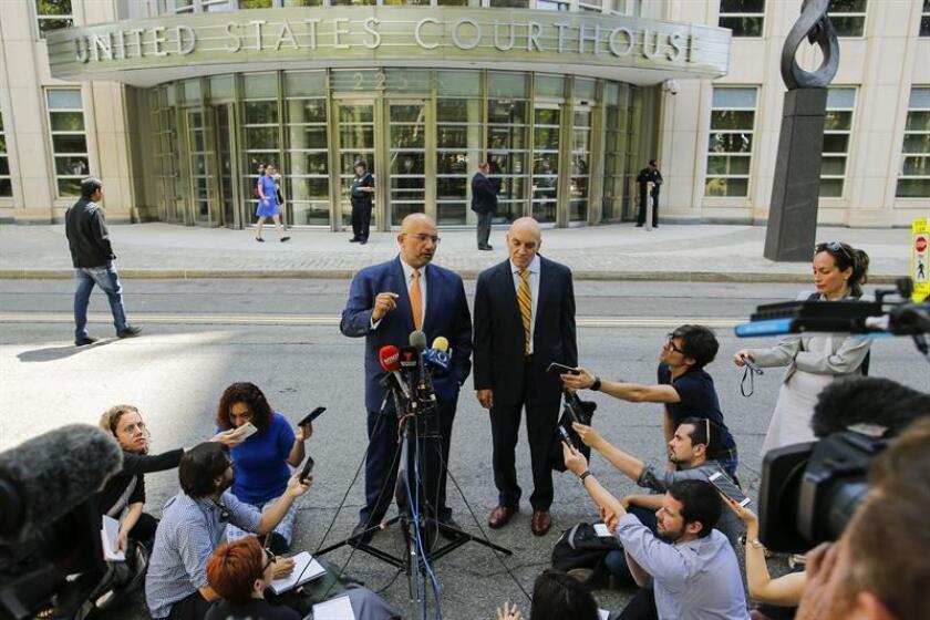 """Eduardo Balarezo (c-i), abogado de Joaquín """"El Chapo"""" Guzmán, habla con los periodistas a la salida de la vista judicial celebrada hoy, martes 26 de junio de 2018, en un tribunal del distrito Este de Nueva York (Estados Unidos). EFE"""