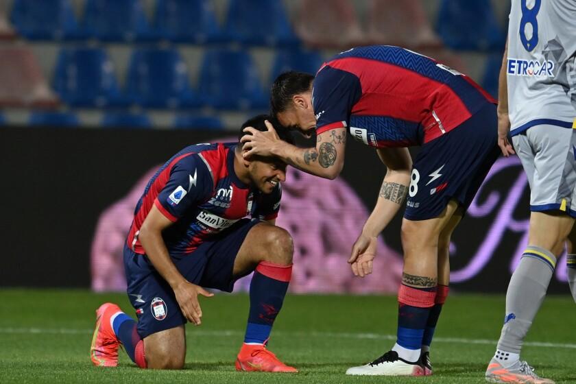 Adam Ounas, del Crotone, se arrodilla para festejar el primer gol del partido ante el Hellas Verona, en un partido de la Serie A italiana, disputado el jueves 13 de mayo de 2021 (Francesco Mazzitello/LaPresse via AP)