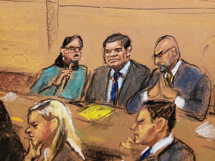 """Reproducción fotográfica de un dibujo realizado por la artista Jane Rosenberg donde aparece el narcotraficante mexicano Joaquín """"El Chapo"""" Guzmán (c) junto a su abogado Eduardo Balarezo (d), y la intérprete (i), mientras escuchan los argumentos finales de la fiscalía en el tribunal del Distrito Sur en Brooklyn, Nueva York (EE.UU.). EFE"""