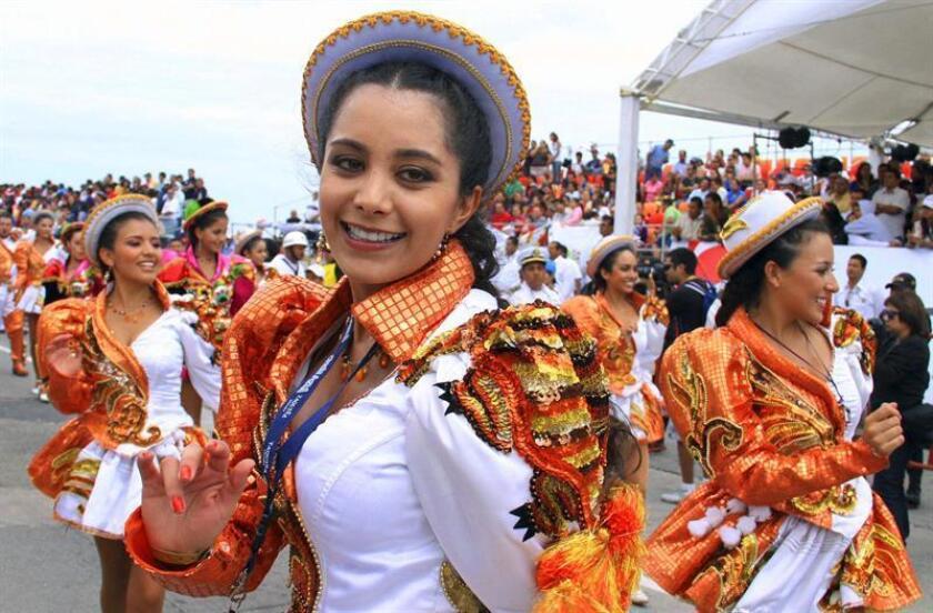 El color, la música y los carros alegóricos son los protagonistas estos días de los carnavales en México, caracterizados por su diversidad, ya que cada estado del país guarda sus propios ritos y personajes tradicionales. EFE/Archivo