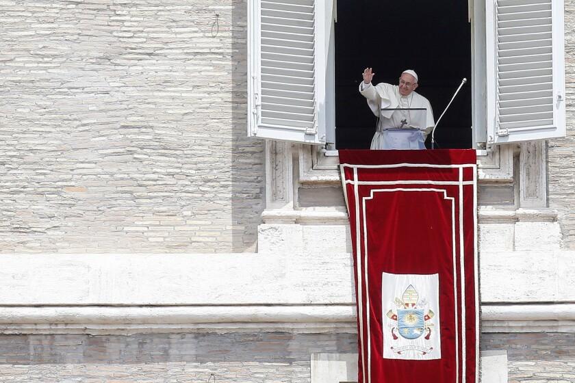 El papa Francisco saluda a los fieles reunidos en la Plaza de san Pedro para la oración vespertina el domingo 19 de junio de 2016 en el Vaticano. (AP Foto/Fabio Frustaci)
