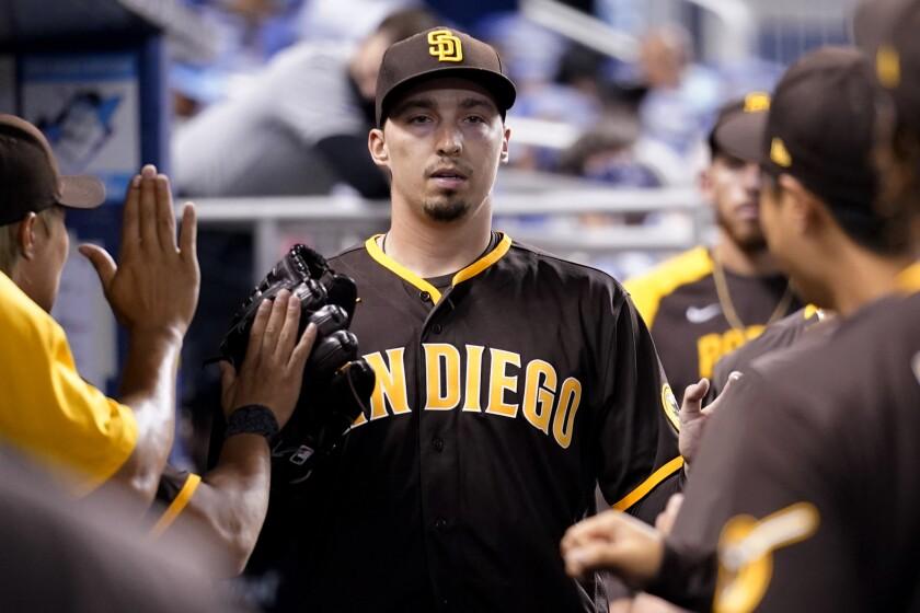 Blake Snell, abridor de los Padres de San Diego, es felicitado en la cueva tras abandonar el juego