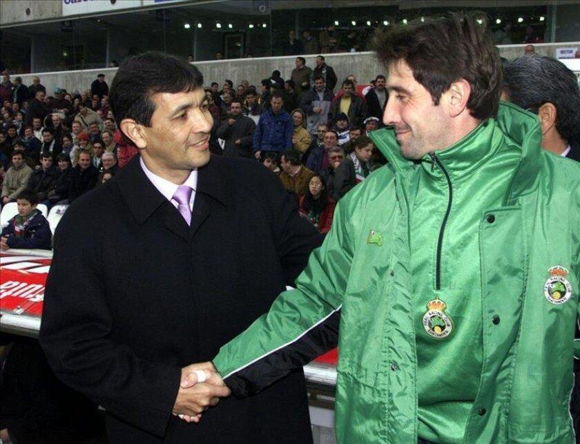 En la imagen, el técnico paraguayo Gustavo Benítez (i), quien dirigirá al Colo Colo chileno. EFE/Archivo