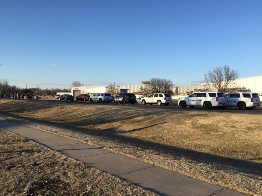 En esta imagen de KWCH-TV se observan vehículos policiales al lado del camino tras el reporte de un tiroteo en Hesston, Kansas el jueves 25 de febrero de 2016. (KWCH-TV via AP)