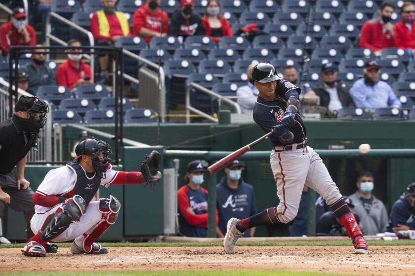 El venezolano Ehire Adrianza, de los Bravos de Atlanta, batea un sencillo de dos carreras en el juego ante los Nacionales de Washington, el jueves 6 de mayo de 2021 (AP Foto/Manuel Balce Ceneta)