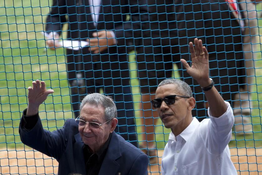 En esta imagen de archivo, tomada el 22 de marzo de 2016, el presidente de Estados Unidos, Barack Obama (derecha), y su homólogo cubano, Raúl Castro, saludan al público a su llegada a un partido de béisbol entre los Rays de Tampa Bay y la selección de Cuba, en La Habana. El fallecimiento de Fidel Castro elimina la que durante muchos años fue la única barrera psicológica para una relación más cercana entre Estados Unidos y Cuba. Pero se suma a la incertidumbre de la transición del gobierno de Barack Obama al de Donald Trump. (AP Foto/Rebecca Blackwell, archivo)