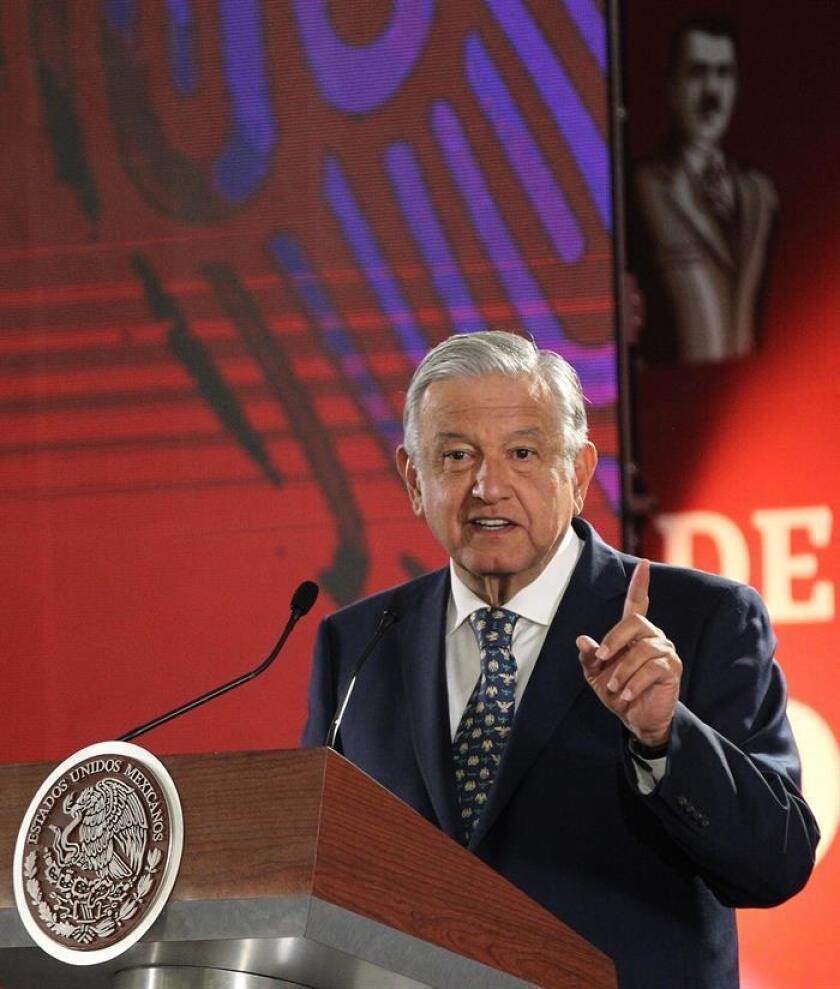 El presidente de México, Andrés Manuel López Obrador, habla durante su rueda de prensa matutina este martes, en el Palacio Nacional, en Ciudad de México (México).