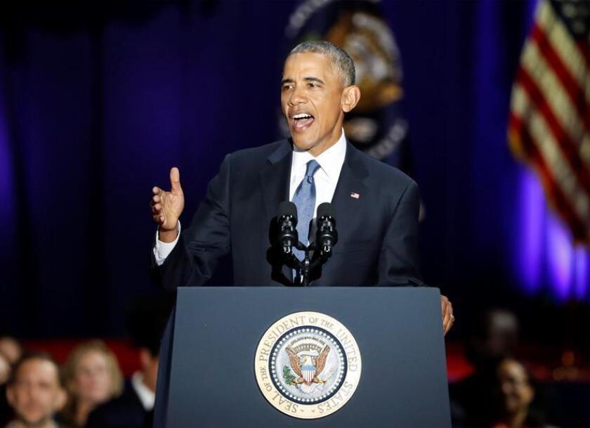 """El presidente de Estados Unidos, Barack Obama, habla hoy, martes 10 de enero de 2017, durante su discurso de despedida como mandatario de los estadounidenses, en e McCormick Place de Chicago, Illinois (EE.UU.). Obama comenzó hoy su discurso de despedida dando las gracias a todos sus compatriotas por haberle hecho un """"mejor"""" mandatario y un """"mejor hombre"""" durante estos últimos ocho años. EFE"""
