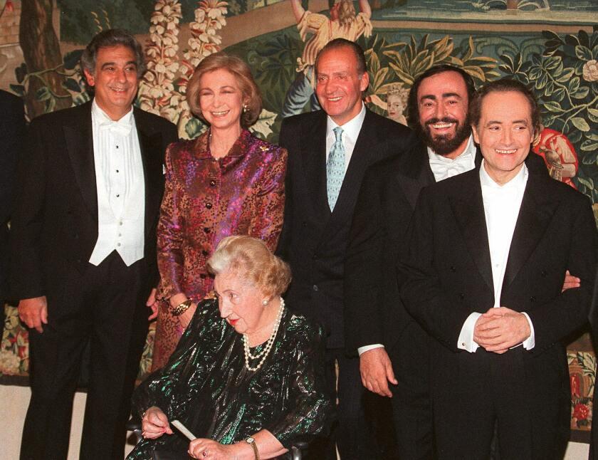 Domingo con la Reina Sofia, el Rey Juan Carlos, Luciano Pavarotti, Jose Carreras y la madre del rey, la condesa de Barcelona.