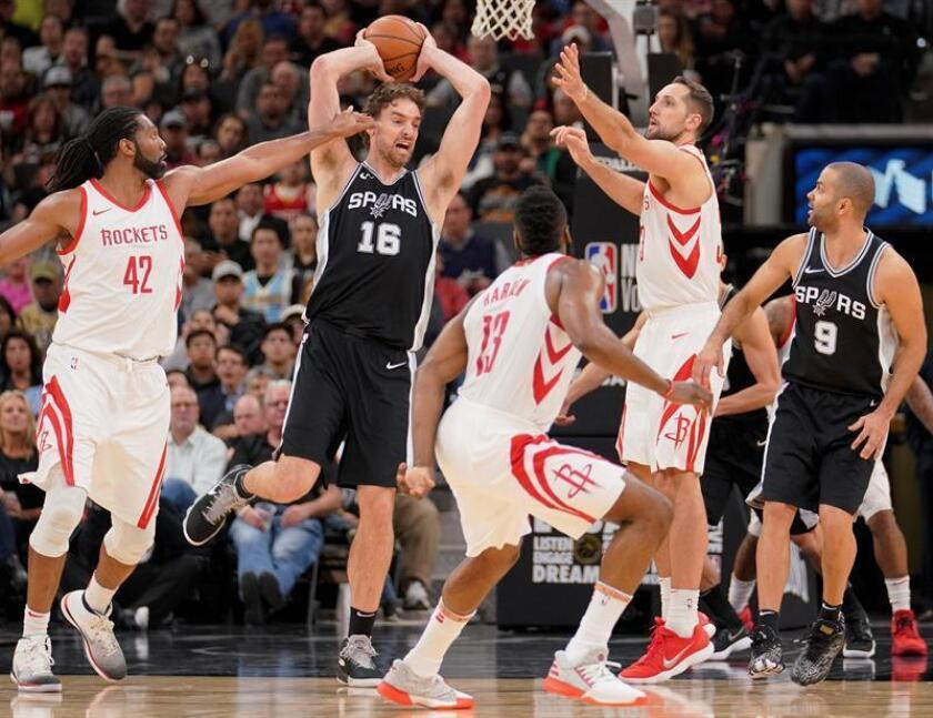 El jugador Pau Gasol (2i) y Tony Parker (d) de San Antonio Spurs en acción ante Nene (i), James Harden (c) y Ryan Anderson de Houston Rockets este jueves 01 de febrero de 2018, durante un partido entre Houston Rockets y San Antonio Spurs de la NBA, en San Antonio, Texas (Estados Unidos). EFE