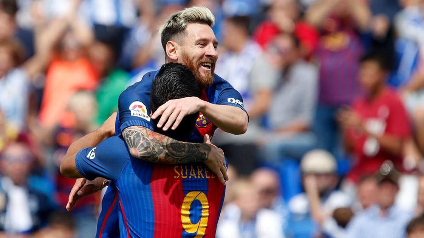 Messi es felicitado por Luis Suárez; el astro argentino firmó dos goles en la paliza 5-1 del Barcelona en casa del Leganés.
