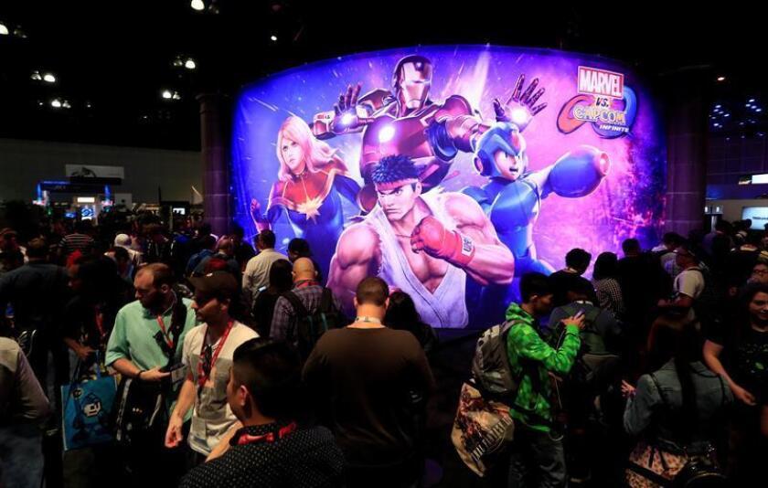 Participantes hacen fila para jugar el nuevo juego de Capcom llamado Marvel vs Capcom Infinite, en el primer día de la E3 (Electronic Entertainment Expo) en Los Ángeles, California, EEUU. EFE/Archivo