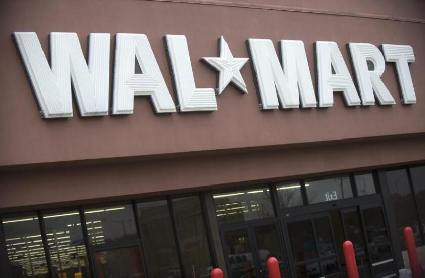 La cadena minorista Walmart, la mayor del país, anunció hoy que dejará de vender munición para armas cortas tras los últimos tiroteos, como el que dejó 22 de muertos en uno de sus grandes almacenes en El Paso (Texas), e instó al Congreso a restringir el acceso a las armas. EFE/Shawn Thew/Archivo