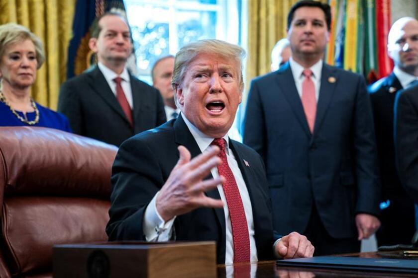 El presidente estadounidense, Donald J. Trump (c), participa en una reunión con fabricantes y productores en el Despacho Oval en Washington D.C (Estados Unidos). EFE/Archivo