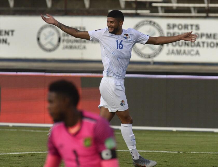 El defensor Andrés Andrade de Panamá celebra su gol contra Jamaica durante un partido