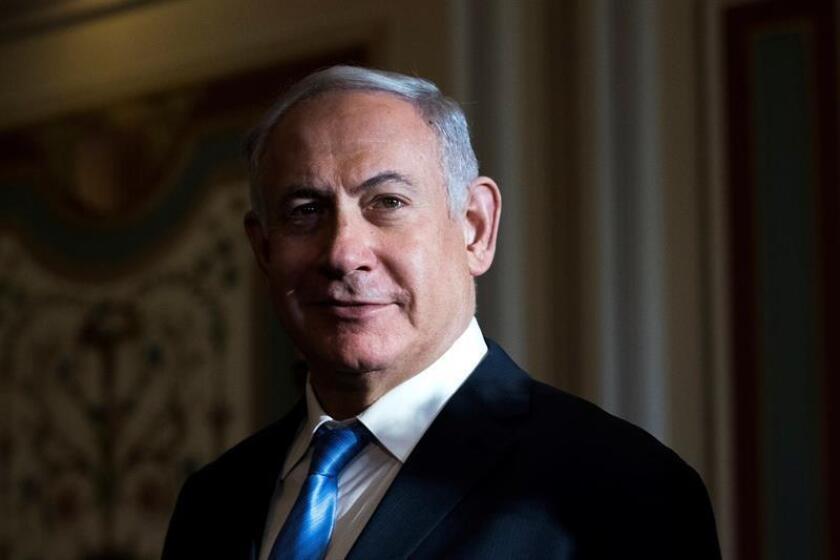 El primer ministro israelí Benjamin Netanyahu (c) camina junto a varios miembros del Comité de Asuntos Exteriores del Senado en el Capitolio, Washington, Estados Unidos, hoy, 6 de marzo de 2018. EFE