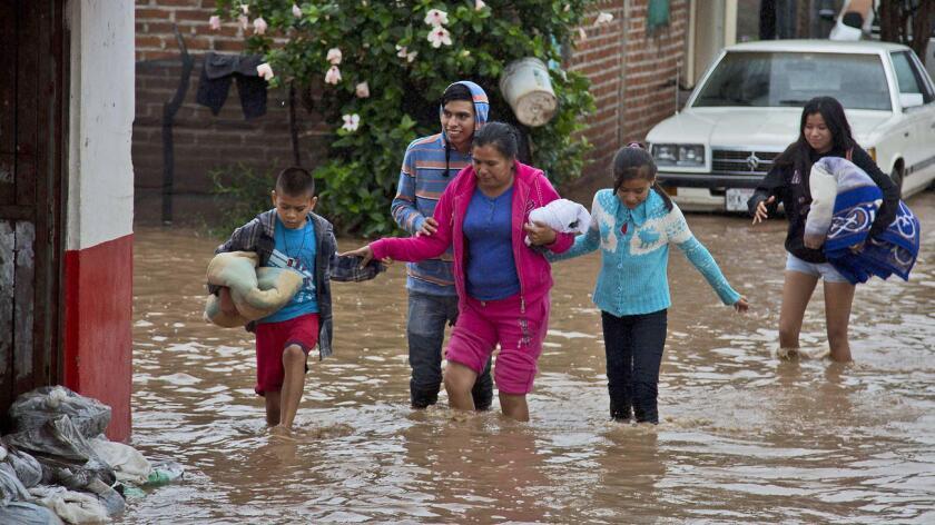 Residentes de Zoatlán, Nayarit, México, salen de sus hogares tras el paso del huracán Patricia.