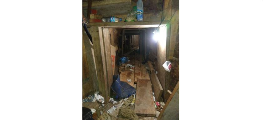 Esta foto del 24 de octubre del 2016 divulgada por la Procuraduría General de la República, enMéxico, muestra un túnel hallado en Tijuana, cerca de la frontera con EEUU. La fiscalía no dijo si el pasaje de 515 metros de largo llegaba a territorio estadounidense, pero tenía carriles _aparentemente_ para transportar droga. (PGR vía AP)