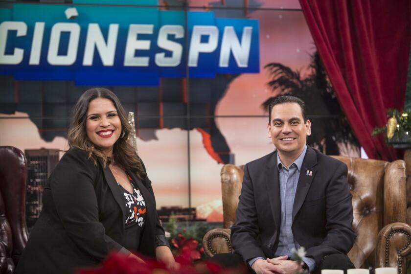 Marly (i) y Bernardo Osuna (d) junto a Jorge Sedano son los conductores del programa bilingüe Nación ESPN.