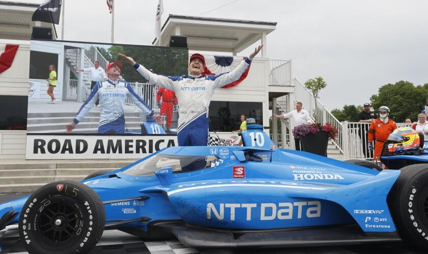 Alex Palou celebra su victoria en la carrera de IndyCar en el circuito de Road America en Elkhart Lake, Wisconsin, el domingo 20 de junio de 2021. (AP Foto/Jeffrey Phelps)