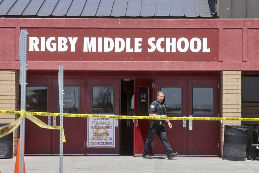 Un agente de policía camina fuera de la escuela secundaria Rigby luego de un tiroteo en el lugar, el jueves 6 de mayo de 2021, en Rigby, Idaho. (AP Foto/Natalie Behring)