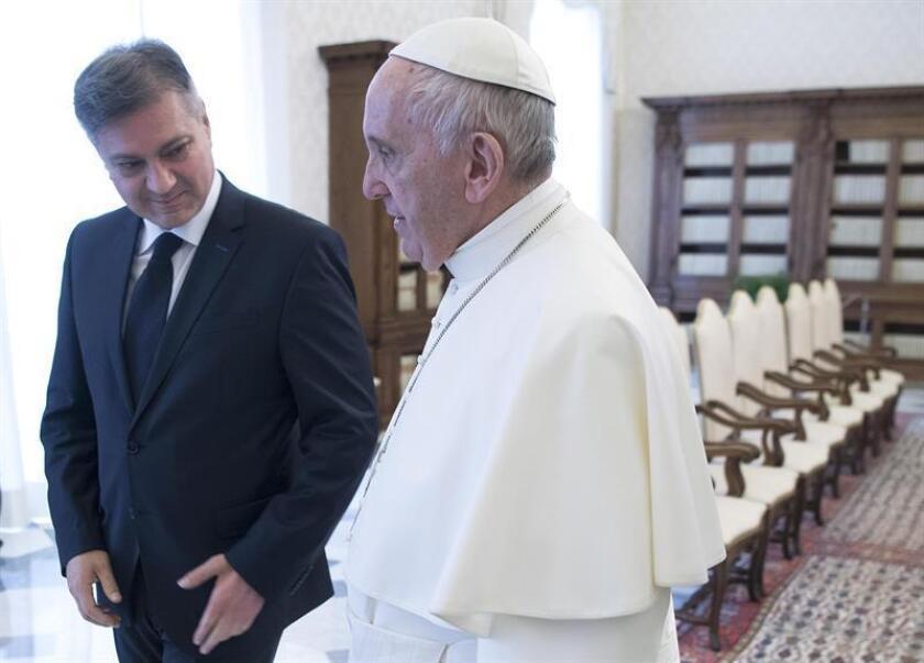 El papa Francisco (d) recibe en audiencia al presidente del Consejo de Ministros bosnio, Denis Zvizdic, en el Vaticano hoy. EFE
