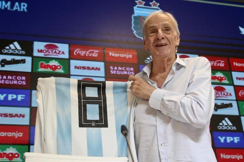 Cesar Luis Menotti, nuevo director general de selecciones nacionales de la Asociación del Fútbol Argentino (AFA), posa con una camiseta de la selección nacional durante una rueda de prensa este viernes, en el predio de la AFA, en Buenos Aires (Argentina). EFE