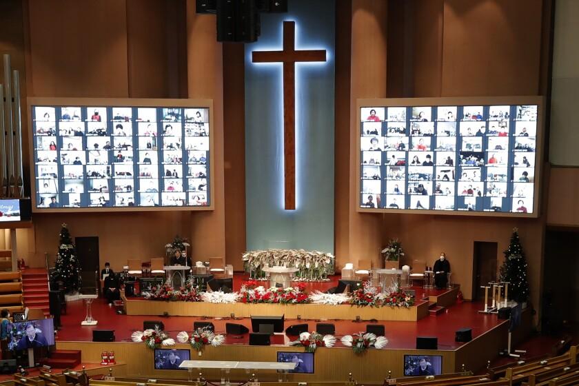 Un servicio de Navidad en línea se lleva a cabo en la Iglesia del Evangelio Completo de Yoido en Seúl el viernes.