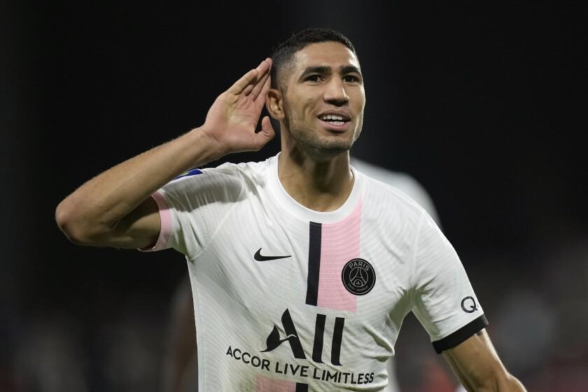 El lateral derecho marroquí Achraf Hakimi reacciona tras anotar el segundo gol del PSG en duelo de la liga francesa ante el Metz, en el estadio Saint Symphorien de Metz, Francia, el miércoles 22 de septiembre de 2021. (AP Foto/Christophe Ena)