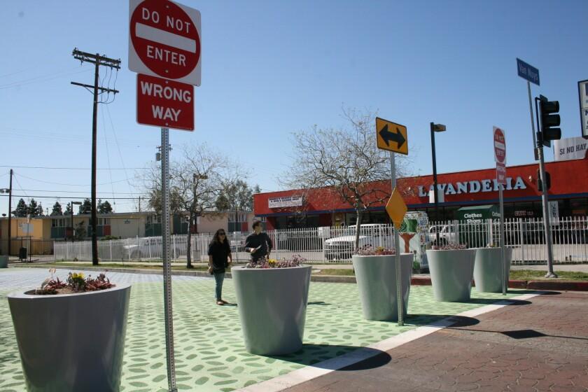 La plaza Bradley se encuentra en la esquina del bulevar Van Nuys y la avenida Bradley, en Pacoima