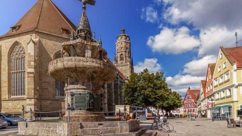 Mientras subo las estrechas escaleras de la torre de la iglesia gótica de Nördlingen, Alemania, los viejos escalones de piedra parecen brillar bajo el sol, haciendo que inesperados rayos de luz alumbren el que debería ser un ascenso oscuro y gris.