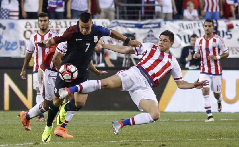 Rodrigo Rojas (d) de Paraguay disputa un balón con Bobby Wood (i) de Estados Unidos hoy, sábado 11 de junio de 2016, durante un partido por el Grupo A de la Copa América en el estadio Lincoln Financial Field de Filadelfia, Pensilvania (EE.UU.). EFE/Kena Betancur