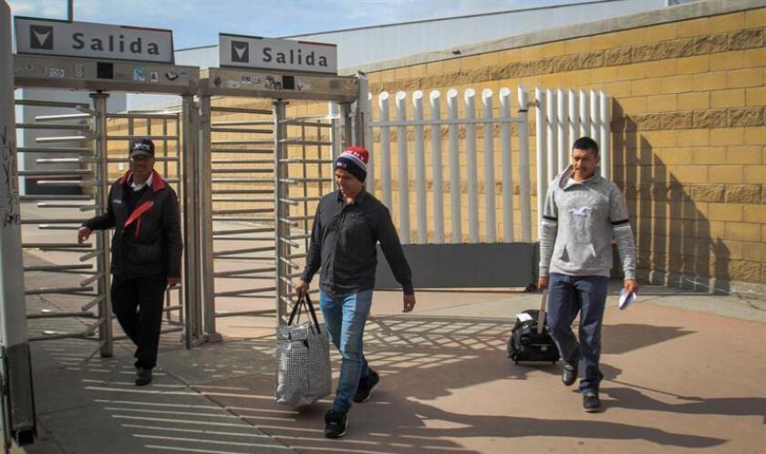 Migrantes de la primera caravana, que entraron a Estados Unidos para pedir asilo, continúan siendo devueltos el 1 de febrero de 2019 a territorio mexicano por la garita El Chaparral, en Tijuana (México). EFE/Archivo