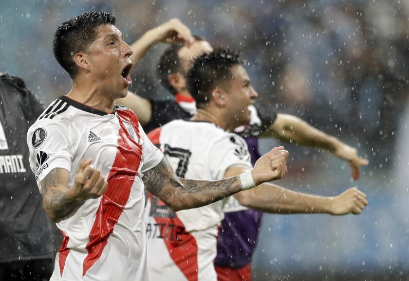 Los jugadores del River Plate festejan luego de doblegar a Gremio en la vuelta de las semifinales de la Copa Libertadores en Porto Alegre, Brasil, el martes 30 de octubre de 2018.
