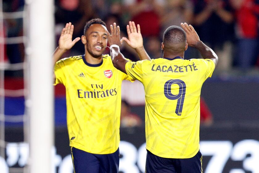 Los Angeles (United States), 18/07/2019.- Pierre-Emerick Aubameyang of Arsenal FC (L) and Alexandre Lacazette of Arsenal FC celebrate after Louis Poznanski (R) of FC Bayern Munich accidentally scored against his own team on a center by Pierre-Emerick Aubameyang of Arsenal FC during the match between FC Bayern Munich and Arsenal FC at Dignity Health Sports Park in Carson, California, USA, 17 July 2019. (Estados Unidos) EFE/EPA/ETIENNE LAURENT
