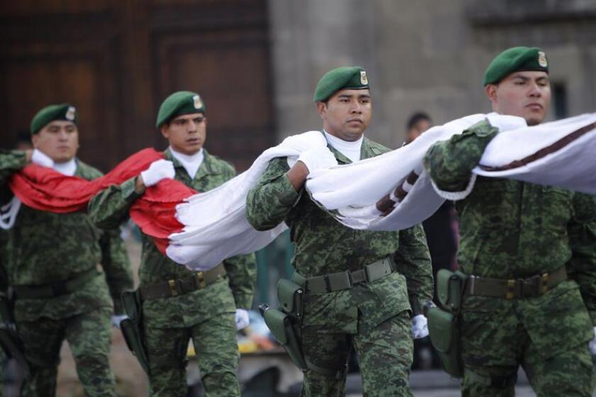En el Día de la Bandera, el símbolo patrio de México fue izado del revés en el acto oficial del presidente Enrique Peña Nieto en el Campo Marte de la capital. EFE