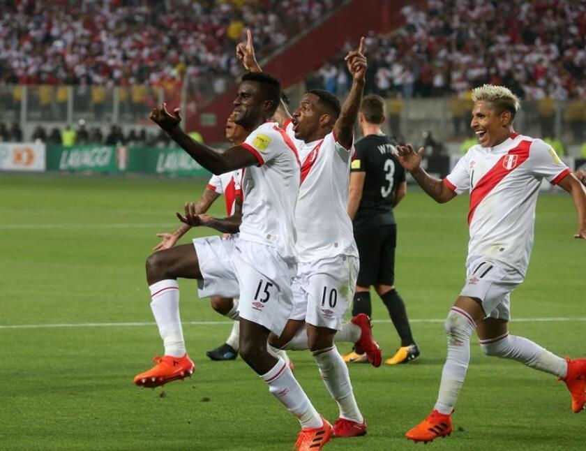 El peruano Christian Ramos (i) celebra con sus compañeros luego de anotar un gol. EFE/Archivo