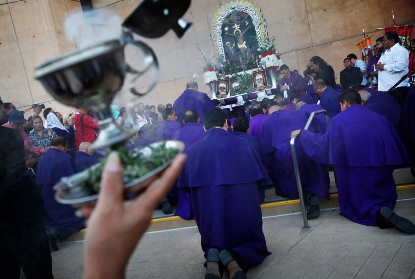 Inmigrantes peruanos celebran en la Catedral de Nuestra Señora la Reina de los Ángeles a 'El Señor de los Milagros'.