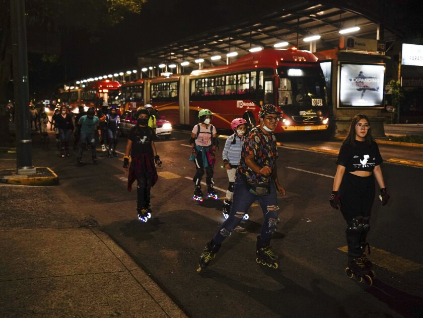 Los jóvenes patinan a lo largo de la Avenida Insurgentes en la Ciudad de México,